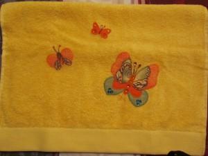 2014-08-25 toalla amarilla aplicación mariposas (1)