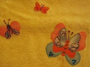 2014-08-25 toalla amarilla aplicación mariposas (5)