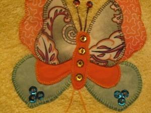 2014-08-25 toalla amarilla aplicación mariposas (6)